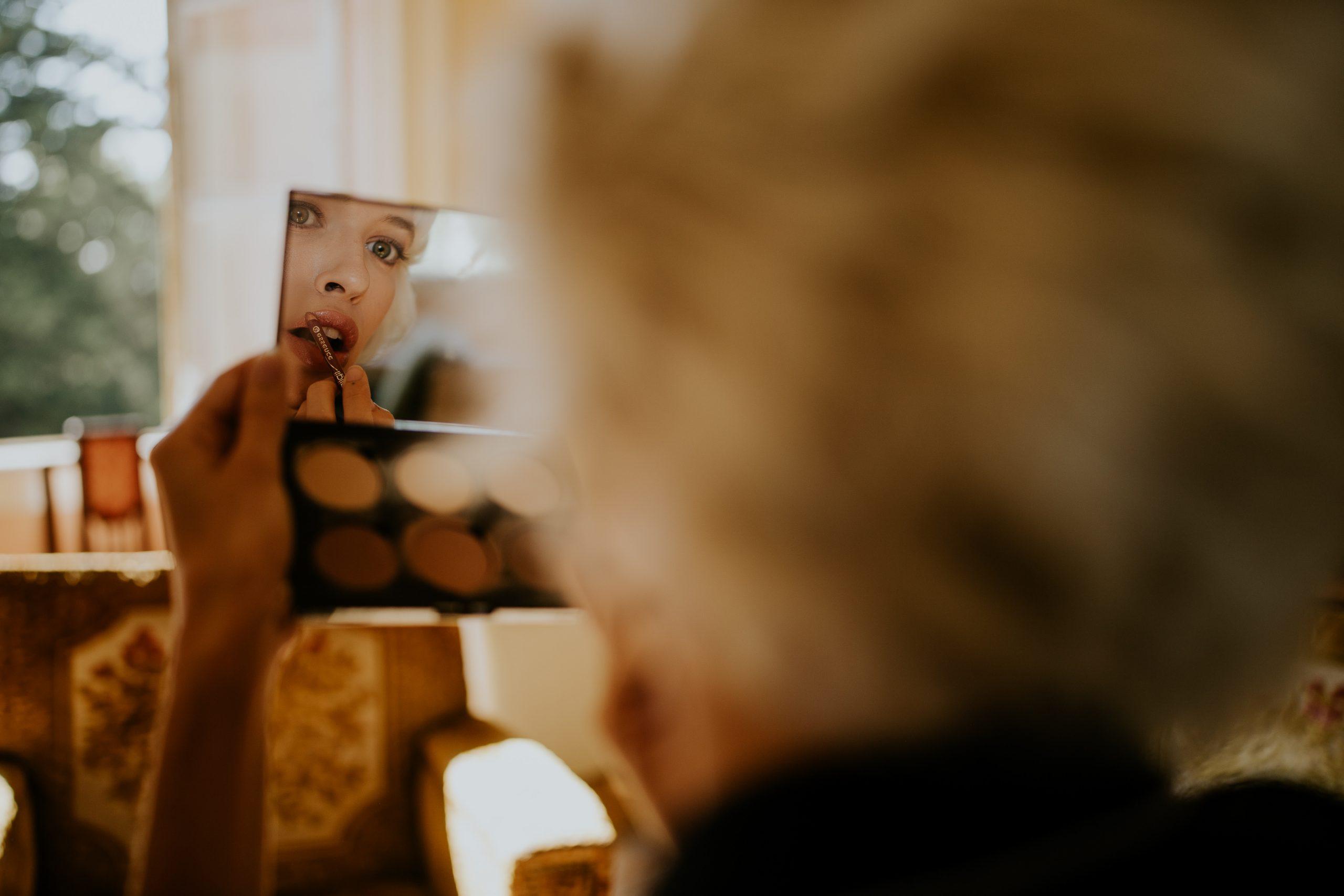 bride preparation mirror reflection